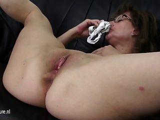 reife Mutter einen Dildo auf ihrer Couch Reiten