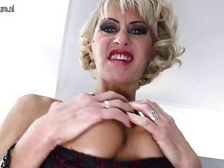 hot reifen durchstochen Mutter nimmt riesigen schwarzen Dildo