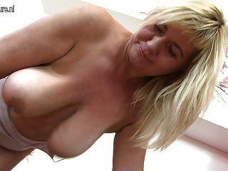 schöne reife Mutter schüttelt große schlaffe Titten und Pussy
