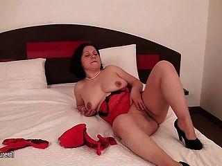 Amateur Hausfrau mit ihrer Pussy auf dem Bett spielen