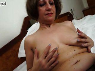 Hot Amateur Mutter von 2 mit ihrer nassen Pussy spielen