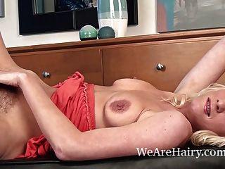 Ashleigh McKenzie mag ihre haarige Muschi zu zeigen