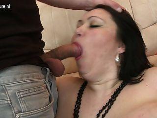 Big Titted Mutter mit einem kleinen Schwanz genießen