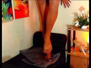 20-jährige philippinische Transvestiten zeigt ihre Füße
