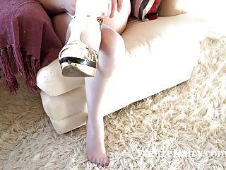 behaarte Frau melanie kate nimmt Brautkleid aus