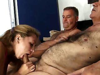 2 alte haarige Mann ficken junge Frau