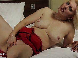 Amateur reifen Mutter auf ihrem Bett wichsen