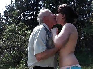 Opa fickt junge Schlampe im Freien
