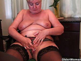 vollschlank Oma masturbiert mit einem Dildo