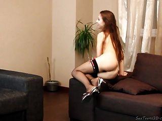 Teenager-Mädchen auf einem Sofa posiert nackt