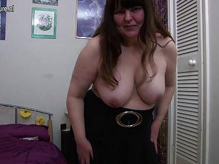 hässliche britische reife Dame spielt mit sich selbst
