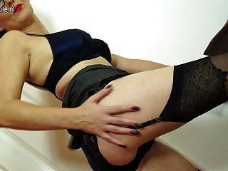 ungezogen britische reife Frau mit ihrem nassen Pussy spielen