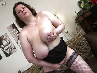 Mutter mit riesigen Titten spielt mit sich selbst