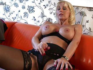 herrlich vollbusige Puma Mutter auf der Couch Casting