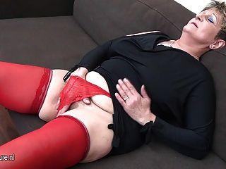 Naughty Hausfrau auf der Couch wichsen