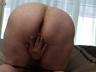 Big Mama spielt mit ihrem alten nassen Pussy