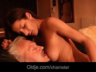 Opa fickt junge Alice in ihrem Arsch