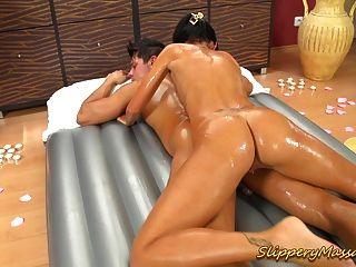 rutschig Massage Babe seinen großen Phantasie Schwanz tief