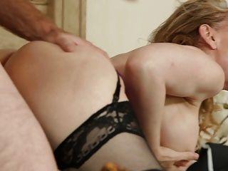 Nina Hartley - sexy Mama in Strümpfen