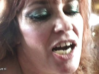 Kinky Mama fickt eine haarige Teenager-Mädchen