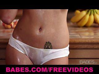 Solo Modell Brett rossi masturbiert mit ihrem Küchenarmatur