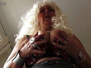 erstaunlich vollbusigen Mama Masturbieren