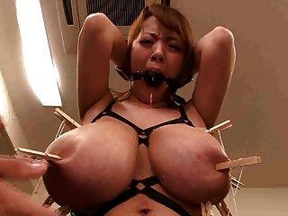 asiatisch japanisch mit Monster großen Titten mit Brustwarzen zertrümmert