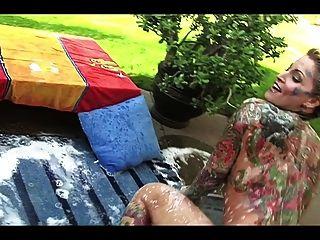 schöne blonde Milf tätowiert - im Garten baden
