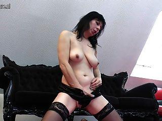 reife Hausfrau Mutter spielt mit ihrer Pussy