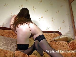 behaarte Babe Flora und ihre sexy rosa Rock