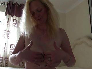 blonde britische spielt mit ihrer Pussy Mama