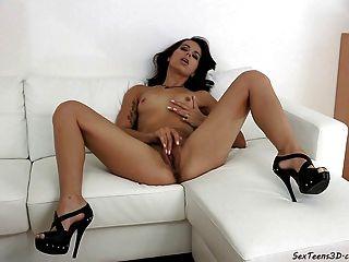 Teenager-Mädchen auf einem Sofa masturbiert