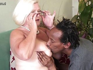 vollbusige britische Oma nimmt junge schwarze Hahn