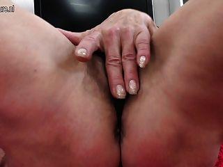 Dünne alte Oma mit haarigen hungrig Vagina