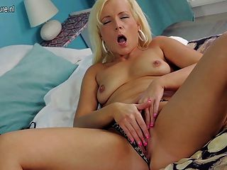 blonde MILF spielt mit ihrem Spielzeug und alte Fotze