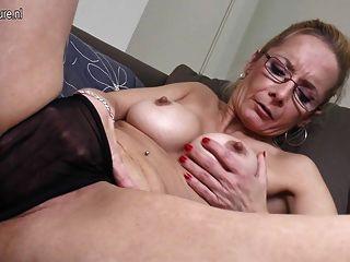 sexy Oma mit großen Dildo
