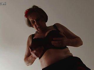 Amateur british, reife Frau mit unrasierten Muschi und rund