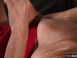 Skinny Amateur blonde sich zu einem Orgasmus liebäugelt