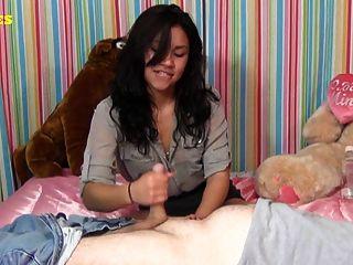latina Teen gibt erste Wichsen