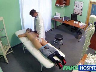 gefälschte Krankenhausarzt bietet einen Rabatt auf neue Titten Blondine