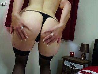 haarige britische spielt mit ihrer Pussy Mutter