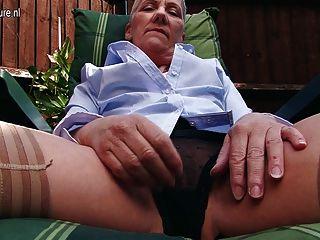 frechen britischen reife Dame im Garten Masturbieren