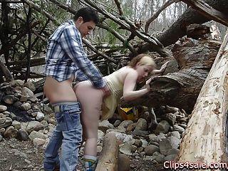 Sex in der Öffentlichkeit draußen im Wald. lilly Ligotage und rocko