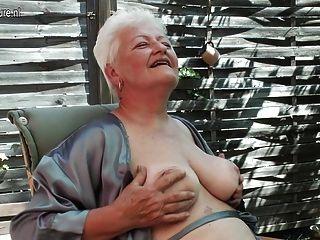 Oma Rauchen und ihre alte Fotze fingern