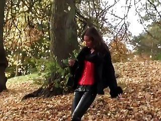 heißes Mädchen in leatherfetish Höschen, Korsett & rote Stiefel zu Fuß