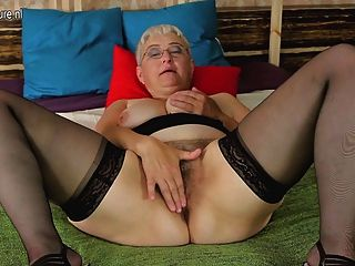 Amateur Großmutter ihre haarige Fotze necken