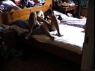 asiatische Mutter im Bett, will es Hardt