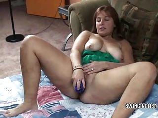 kurvige Milf liisa ist ein Spielzeug auf ihre süße Pussy mit