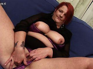 anal spielen mit Banane mit mollig reife Mutter