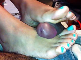 cum Sprinkler auf sexy latina Füße